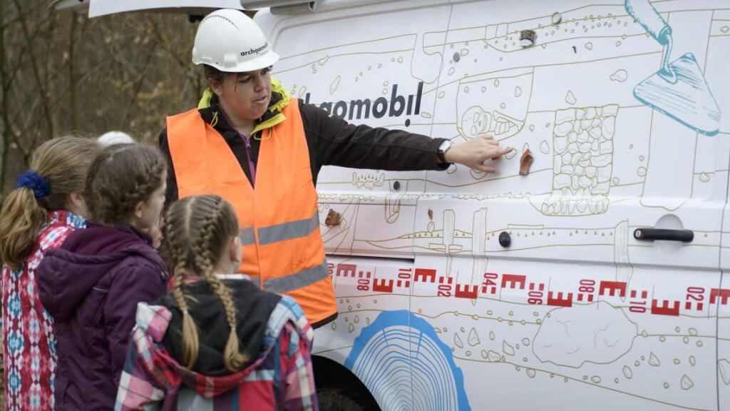 Das Archäomobil soll Schülerinnen und Schülern archäologische Arbeitsweisen näher bringen.