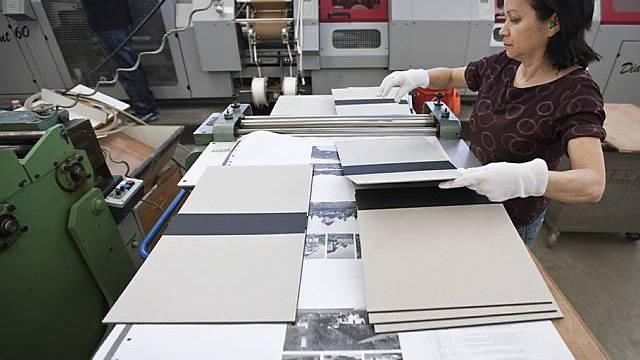 Migrantin arbeitet in einer Buchdruckerei (Archiv)