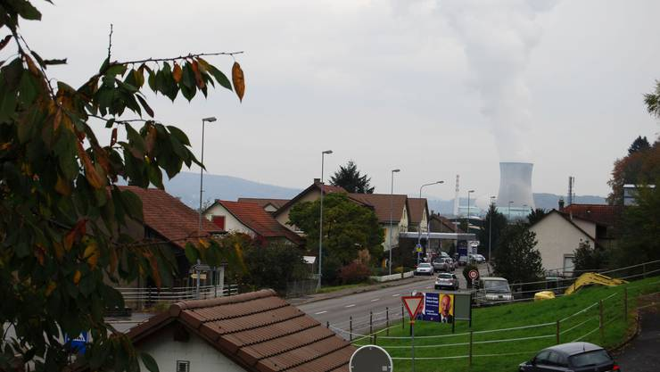 Es dampft: Die Schwaderlocher leben mit dem Kühlturm des AKW Leibstadt vor der Nase. Anspruch auf NOK-Gelder haben sie aber trotzdem nicht.