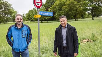 Bruno Maggi (links) und Daniel Baumann beim möglichen Standort am Zacherweg.