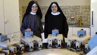 Schwester Scholastika Beyeler (rechts) und Mutter Schwester Gabriela Tinner - hier mit der grossen Hostienbackmaschine - ziehen nach St. Gallen um.