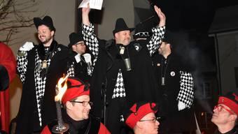 Obernaar Role, dr Nachtwächter wagt schon mal einen Gruss mit erhobenen Händen noch vor der eigentlichen Fez-Übergabe.