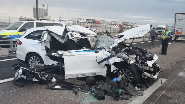 Das Auto prallte in einen Lastwagen. Der Lenker wurde verletzt.