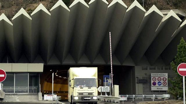 Ein Camion fährt bei Chamonix aus dem Tunnel (Archiv)