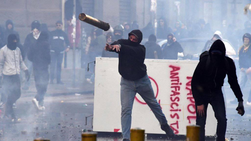 Bei den Protesten in Neapel gegen den Auftritt des Lega-Nord-Chefs Matteo Salvini wurden mehrere Personen verletzt.