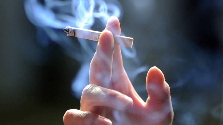 Erst ausstempeln, dann rauchen: Dies gilt ab 1. Februar für einen Teil der Kantonsangestellten im Tessin. (Symbolbild)