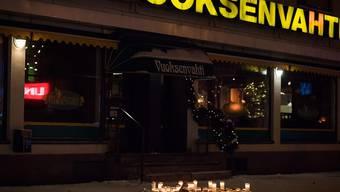 Trauernde legten am Tatort vor einem Restaurant in Imatra Kerzen nieder.