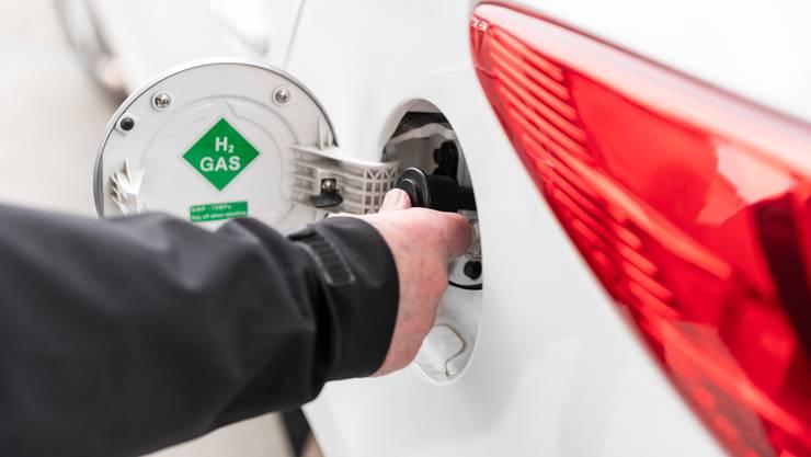 Ein Brennstoffzellen-Fahrzeug wird mit Wasserstoff betankt.