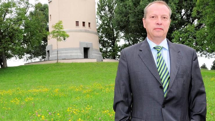 FDP-Fraktionschef Christophe Haller wehrt sich gegen die Abschaffung der Gratis-Parkplätze in seinem Bruderholz-Quartier.