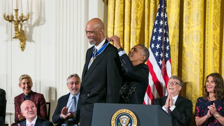 Barack Obama überreicht Kareem Abdul-Jabbar  die «Presidential Medal of Freedom».