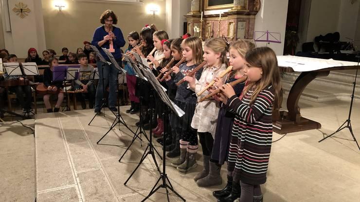 Die Blockflötenschülerinnen von Lisbeth Bernhard spielen am Weihnachtskonzert der Musikschule Oensingen-Kestenholz