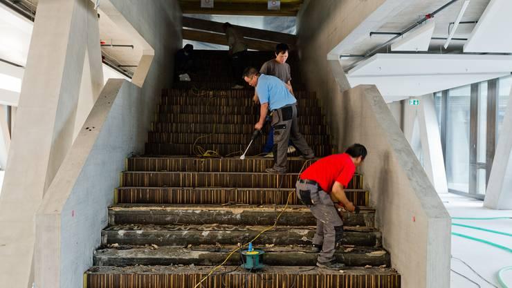 Selbst auf den Treppen muss die schöne Parkettabdeckung mit Gewalt entfernt werden