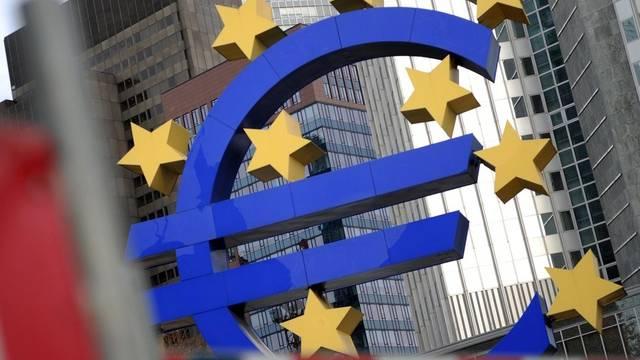 Ein Euro-Signet vor der Europäischen Zentralbank in Frankfurt (Symbolbild)
