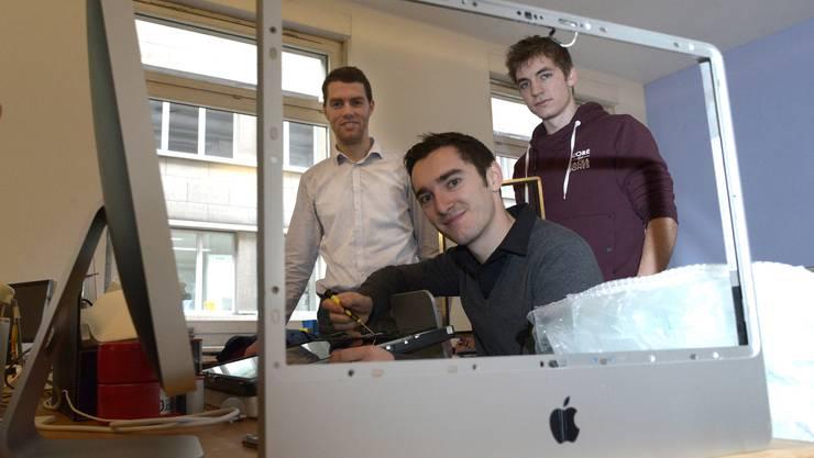 Laurens Mackay (von links), Aurel Greiner und Laurenz Ginat setzen unter revendo.ch mit alten Geräten neue Ideen um.