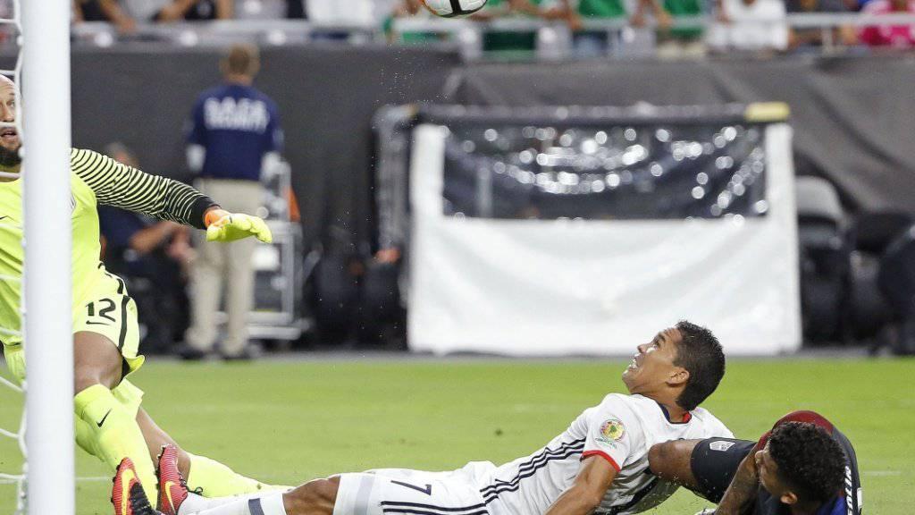 Mit letztem Einsatz drückt Milan-Stürmer Carlos Bacca (7/weiss) den Ball über die Linie und sichert Kolumbien damit Platz 3 an der Copa America 2016