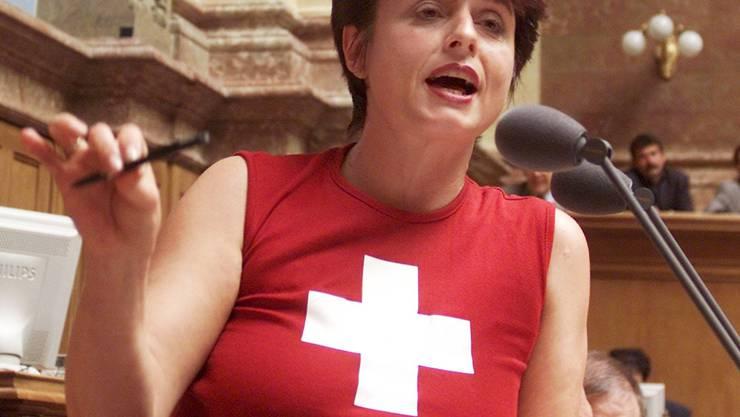 Sozialdemokratin Anita Fetz warb 2001 im Nationalrat mit Schweizerkreuz für die Uno (KEYSTONE)