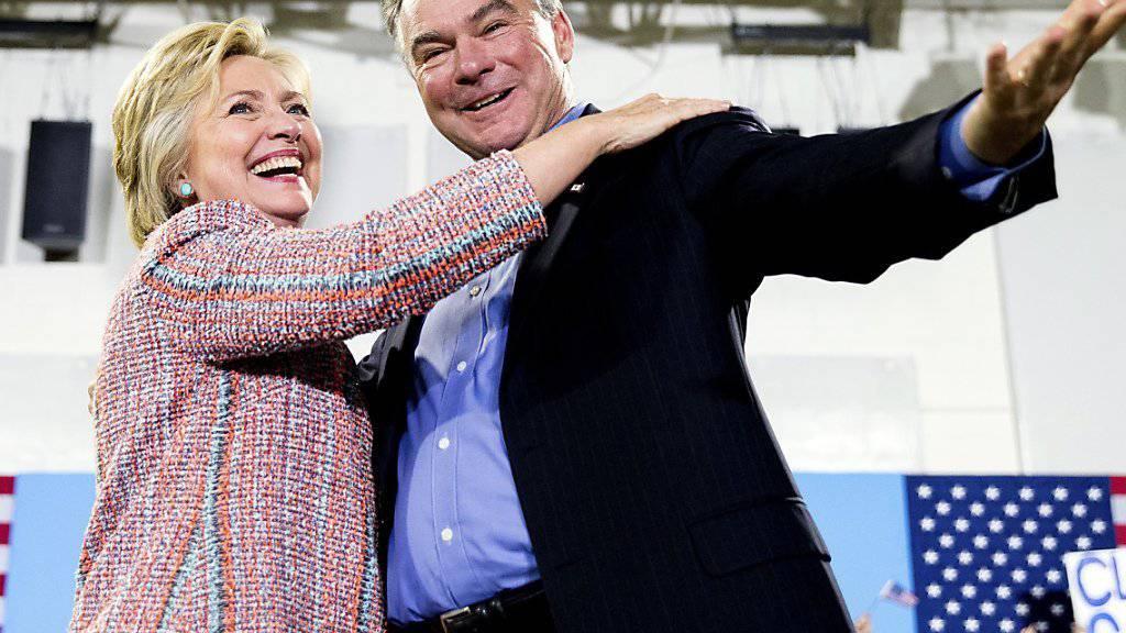 Wollen gemeinsam zum Wahlsieg tanzen: Hillary Clinton setzt Senator Tim Kaine als Kandidat fürs Vizepräsidium aufs Ticket der US-Demokraten. (Archivbild)