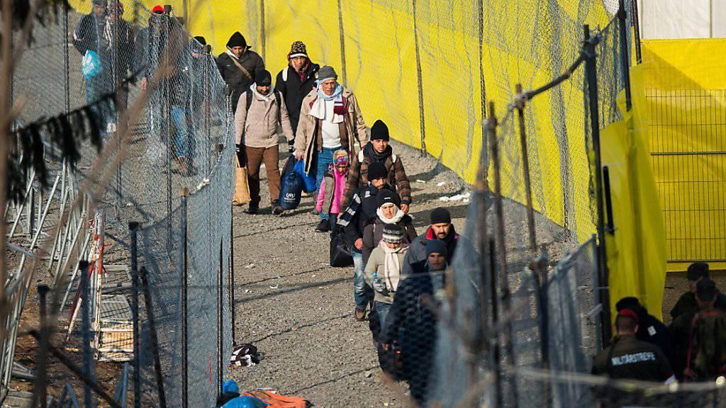 Flüchtlinge nach dem Grenzübertritt von Slowenien nach Österreich: Wird die kürzlich festgelegte Obergrenze in Österreich in einigen Monaten erreicht, will das Land Flüchtlinge zurückweisen.