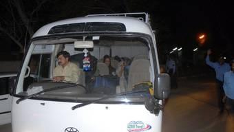 Ein Kleinbus transportiert Witwen und Kinder von Osama bin Laden zum Flughafen in Islamabad