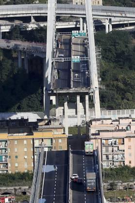 Ein eindrückliches Bild aus der Vogelperspektive: Ein grosser Teil der Brücke fehlt.