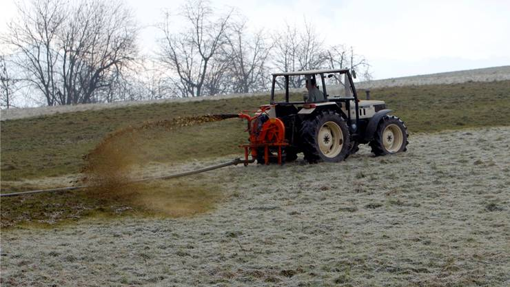 Das Ausbringen von Güllen während der Vegetationsruhe im Winter kann das Grundwasser verschmutzen.