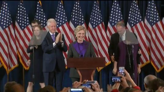 Clinton spricht zu ihren Anhängern, ein Tag nach ihrer Niederlage.