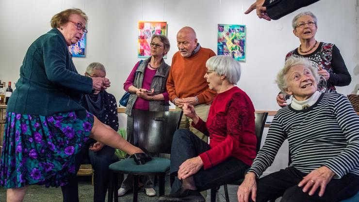 Die 83-jährige Katharina Fechtner spielt eine 20-Jährige, die sich die Strümpfe zerschneidet