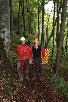 Daniel Assarson und René Lisibach sind mit der Felsreinigung beauftragt