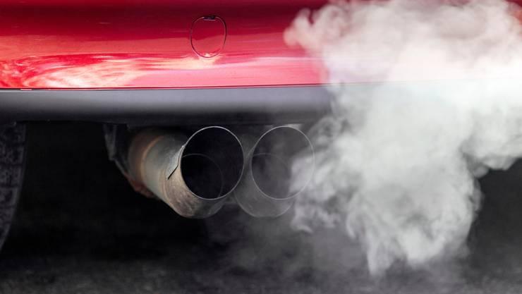 Auch Neuwagen stossen weiterhin zu viel CO2 aus.