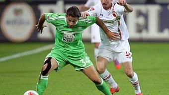 Ricardo Rodriguez schrimt den Ball vor Augsburgs Milan Petrzela ab