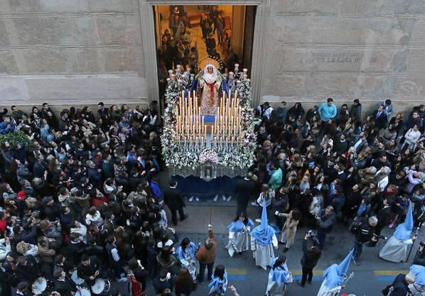 Was ist die «Semana Santa»? Auf deutsch bedeutet es «heilige Woche». Die Semana Santa bezeichnet die Karwoche von Palmsonntag bis Ostersonntag. Während dieser Zeit finden vor allem in Andalusien grosse Umzüge statt. Dabei werden unter anderem Marienfiguren durch die Strassen getragen, Kerzen erleuchten das Spektakel.