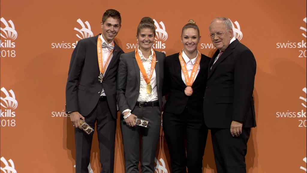 Martina Wick (2. v.l.) mit den anderen Gewinnern und Bundesrat Johann Schneider-Ammann (Bild: zVg)