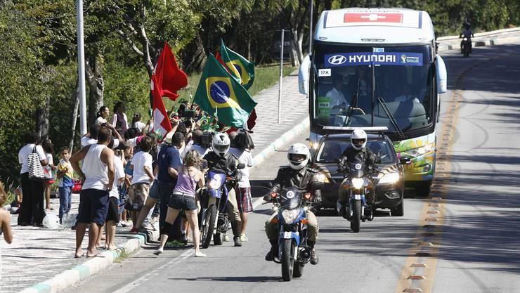 Konvoi für den Schweizer Nati-Bus bei der Ankunft in Porto Seguro.