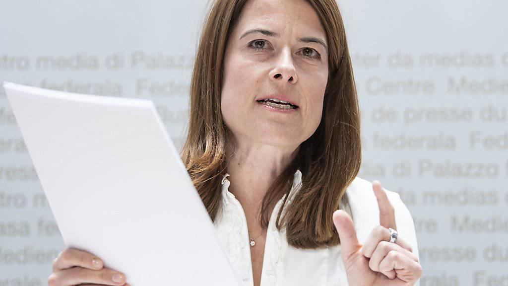 FDP-Präsidentin Petra Gössi präsentiert den Fragebogen für die Mitgliederbefragung zur Umwelt- und Klimapolitik.