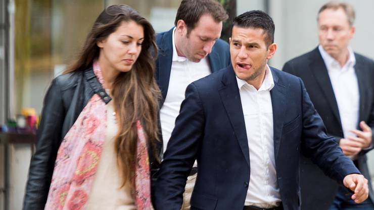 Raul Bobadilla mit seiner Freundin vor dem Amtsgericht Dornach.