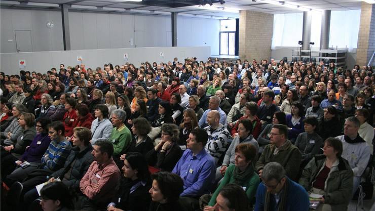 Bis zu 900 Eltern besuchten in den letzten Jahren den Elternbildungstag in der Kanti Baden. In diesem Jahr findet der Anlass in der Berufsfachschule statt. az/archiv