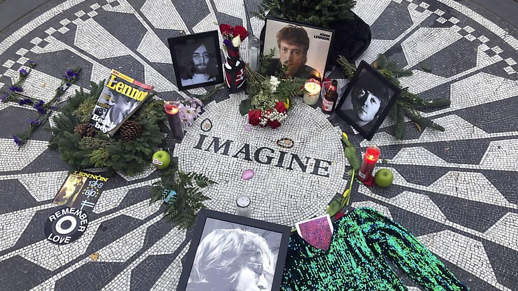 Fotos, Blumen und Kerzen stehen auf der Gedenkstätte Strawberry Fields im Central Park zur Erinnerung an John Lennon.