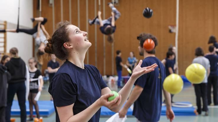 Jonglage, Vertikaltuch und Diabolo: Der Kinder- und Jugendzirkus Pitypalatty trainiert in der Lommiswiler Dorfhalle.