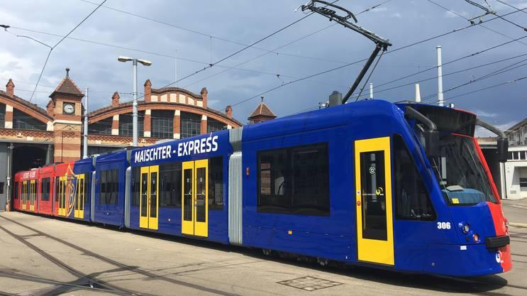Das BVB-Tram in den FCB-Farben lackiert.