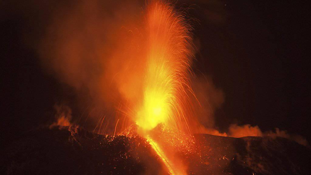 Eine Lava-Fontäne am sizilianischen Vulkan Ätna.