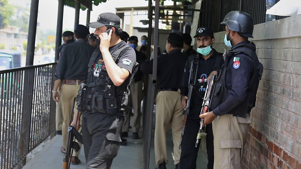Kontroverse Reaktionen nach Mord im Gerichtssaal in Pakistan