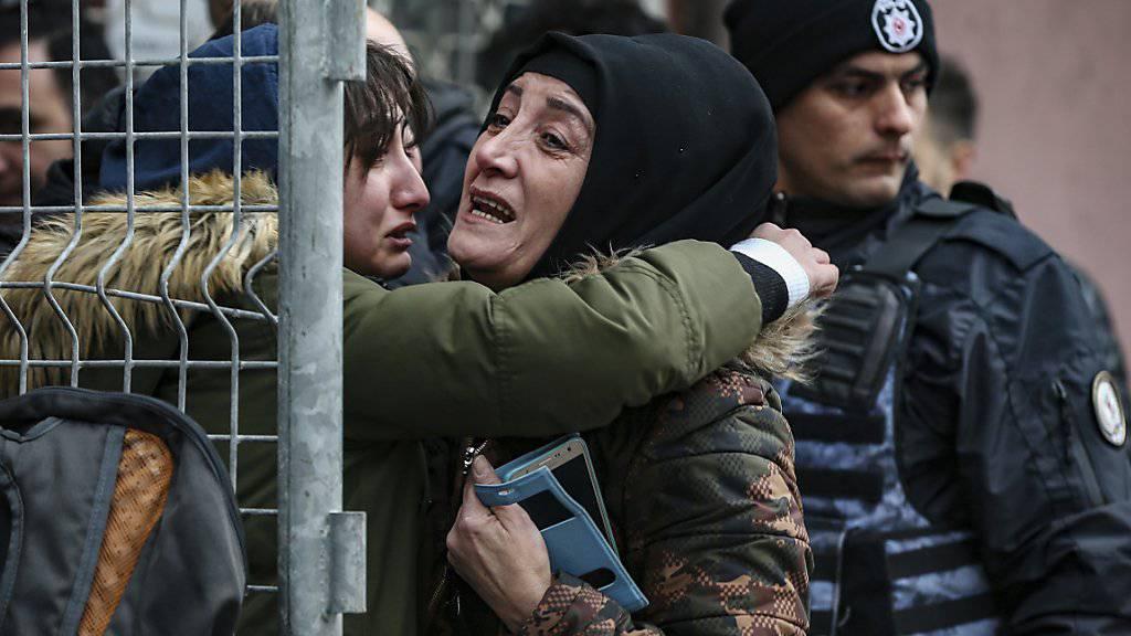 Angehörige bangen nach dem Hauseinsturz in Istanbul um noch vermisste Personen.