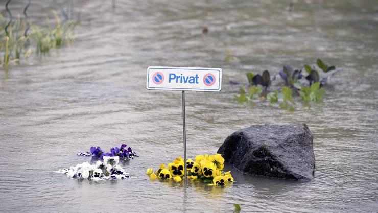 Ein Parkplatz versinkt im Hochwasser bei Mumpf AG