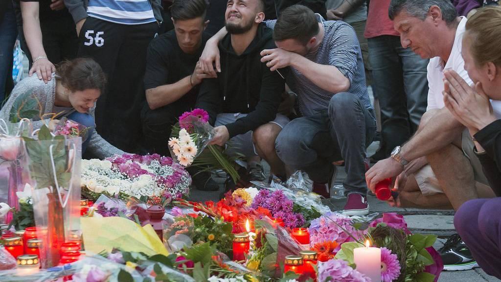 Angehörige trauern um die Opfer des Münchner Amoklaufs.