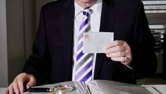 Peter Rapp, seit fast 40 Jahren Briefmarkenauktionator, mit einem «Basler Dybli».e. freudiger