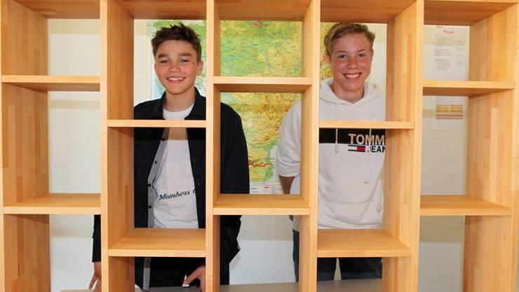 Benjamin und Nicola haben ein Büchergestell gezimmert.