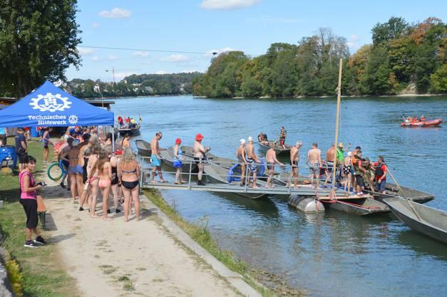 Impressionen Zweibrückenschwimmen zwischen Bad Säckingen und Mumpf: Vom Bootshaus der Pontoniere in Mumpf ging es für die Schwimmer mit Booten zunächst rheinaufwärts.