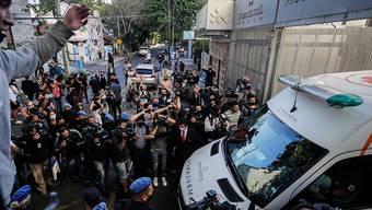 Umringt von Fans und Journalisten verlässt Diego Maradona im Krankenwagen das Spital