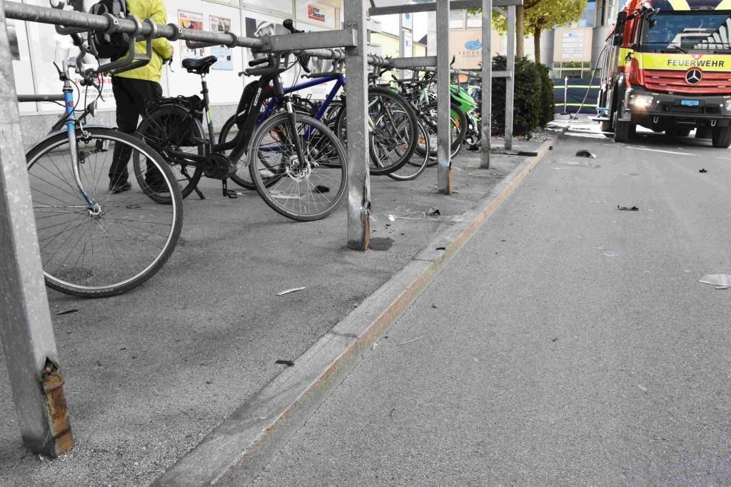 Auch ein Velounterstand wurde beim Unfall beschädigt. (© Kapo SG)