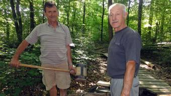 Die Senioren Fritz Hügli (mit Motorsäge) und Hans Schwitter bei Reparaturarbeiten am Bikepark Urdorf.